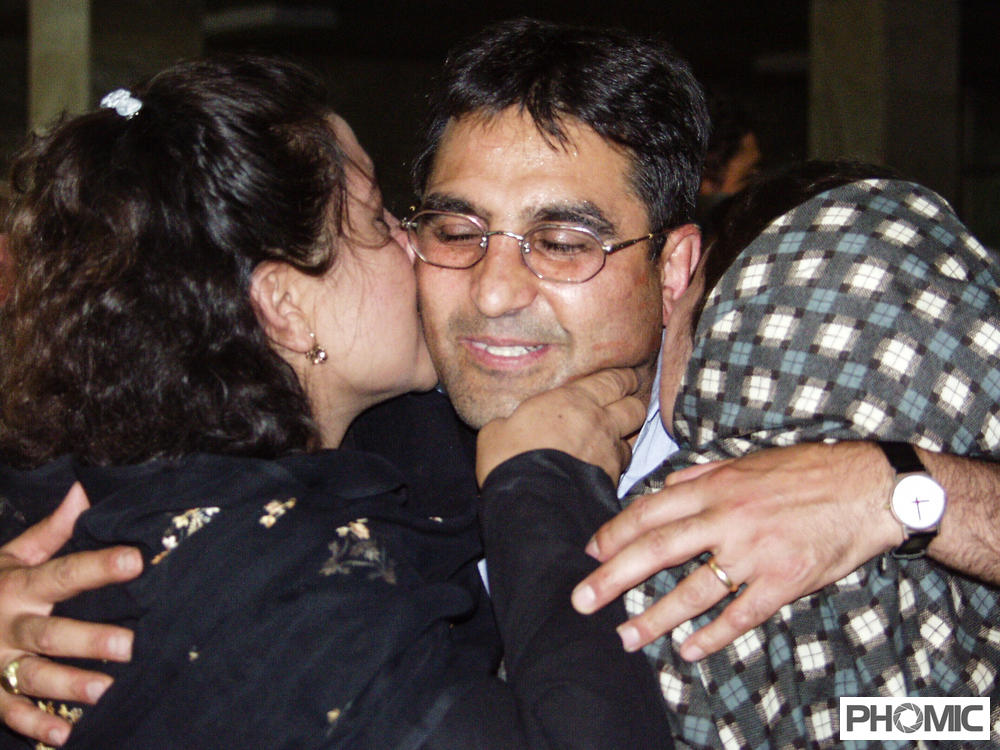 Said Mahruf Yussufi umarmt seine Schwestern beim Wiedersehen nach mehr als 20 Jahren.