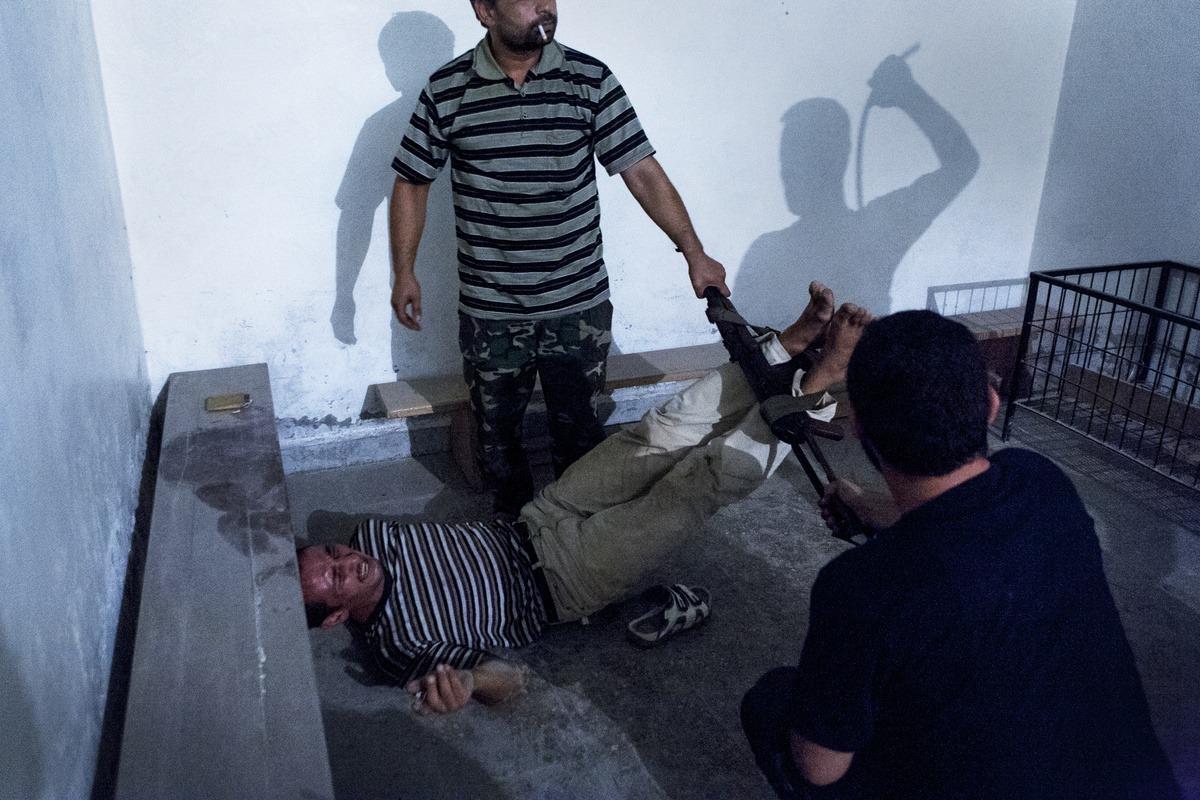 Ein Gefangener wird gefoltert mit der Bastonade. Syrien, Aleppo, 2012